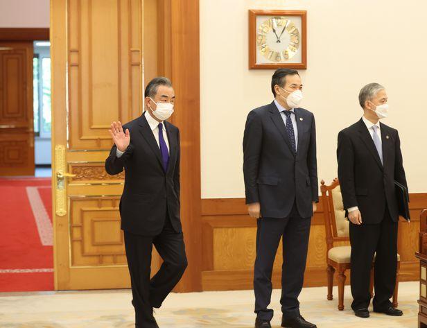 왕이 중국 국무위원 겸 외교부장이 15일 문재인 대통령을 만나기 위해 청와대 접견실로 들어서고 있다. /연합뉴스